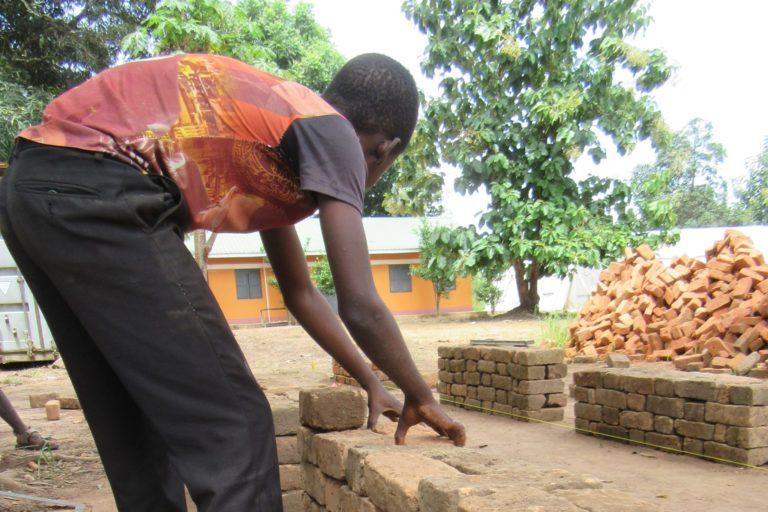 Tidligere børnesoldat får erhvervstræning på Tindako Vocational Training Centre, Yambio, Sydsudan
