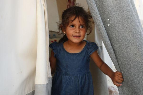 7-årige Zainab måtte flygte med sin familie fra væbnede kampe i Homs. Nu bor hun i en teltlejr ude på landet i Idlib-provinsen. Krigen har varet hele Zainabs liv og haft store konsekvenser for hende.