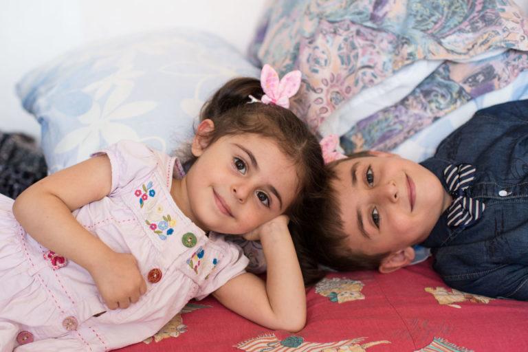 Saliwa på 3 år og hendes 6 årige bror Zaed flygtede fra Aleppo til Jordan i 2013. Her ses de to søskende i et UNICEF støttet Child Friendly Space, hvor de kan lege, lære og modtage hjælp.