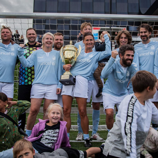 TV-værtlandsholdet med pokalen ved UNICEF Cup 2018. Foto: UNICEF Danmark/Benjamin Hesselholdt