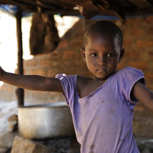 Pige står uden for sit hus i landsbyen Rebu i Tanzania. Den globale børnedødelighed falder kraftigt