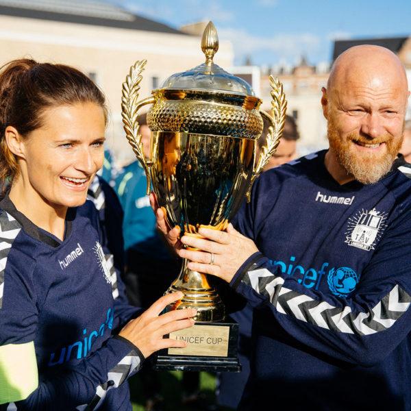 Sisse Fisker og Mads Steffensen løfter pokalen ved UNICEF Cup
