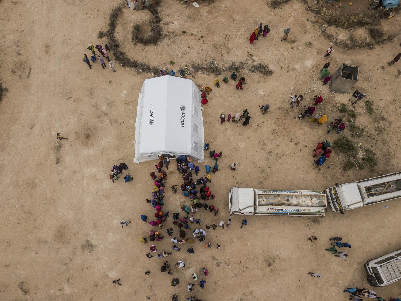 Kø til unicef nødhjælpstelt i flygtningelejren Ainabo, hvor der uddeles nøddemos til bekæmpelse af underernæring
