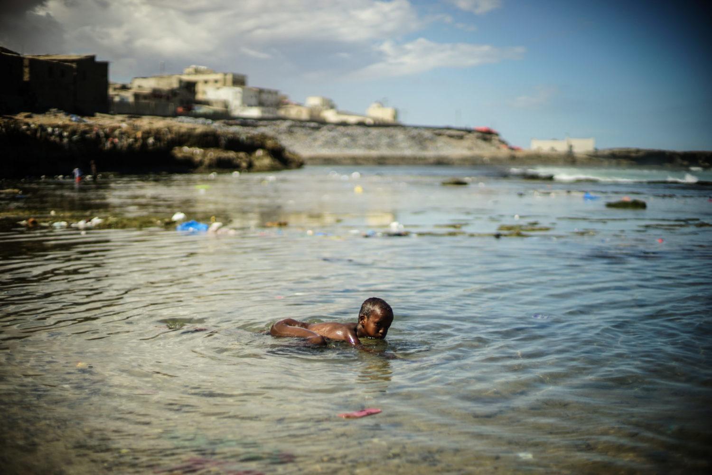 En lille dreng svømmer i havet ved Lido Beach i Mogadishu.