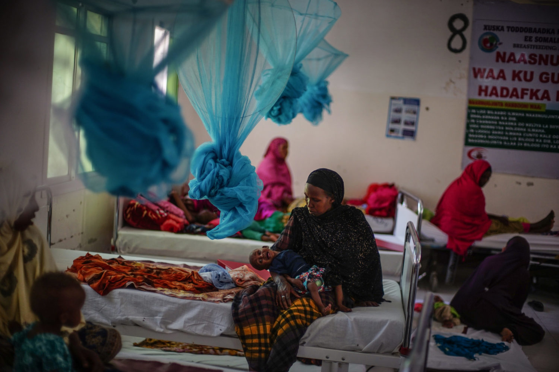 Mor sidder med sin lille datter Hawa på Hargeisa stabiliseringscentret i Somalia.