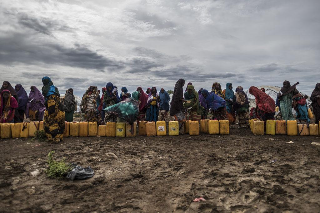 Kvinder venter i kø til rent vand i Baidoa-flygtningelejren.