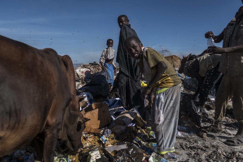 Børn og voksne leder efter mad i skrald i hovedstaden i Somalia, Mogadishu.