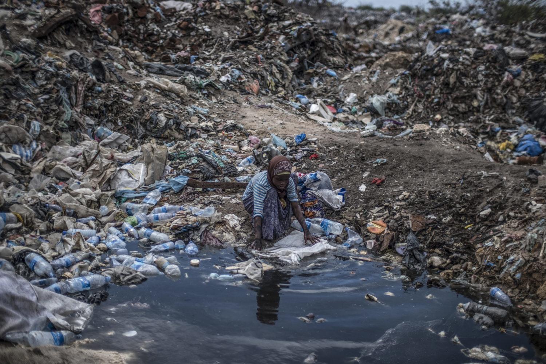 Pige leder efter mad på losseplads i Mogadishu.