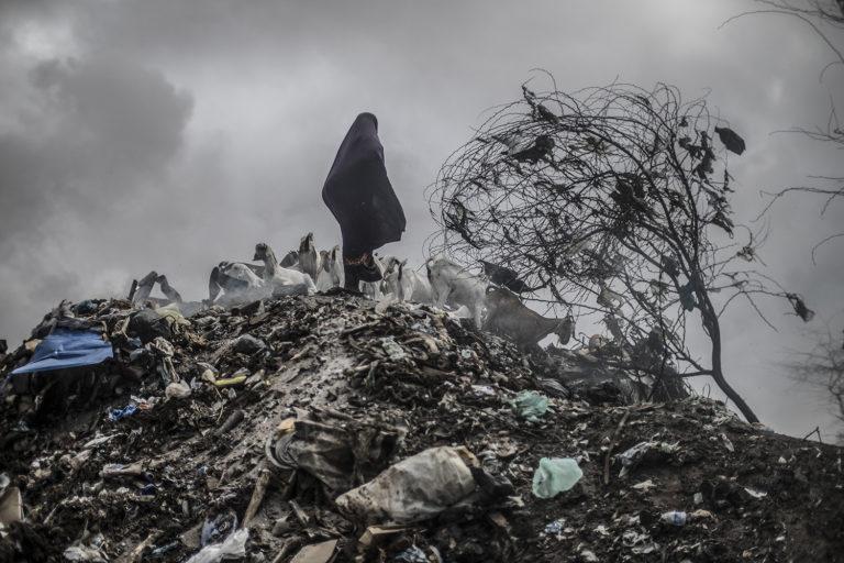 Kvinde leder efter mad på losseplads i Mogadishu.