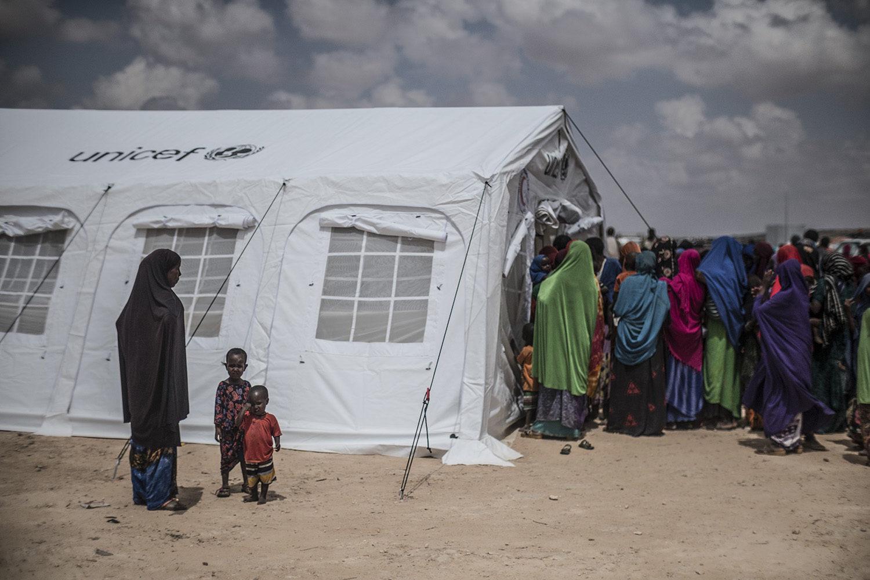 Flygtninge står i kø til et UNICEF-telt i Ainabo-flygtningelejren.