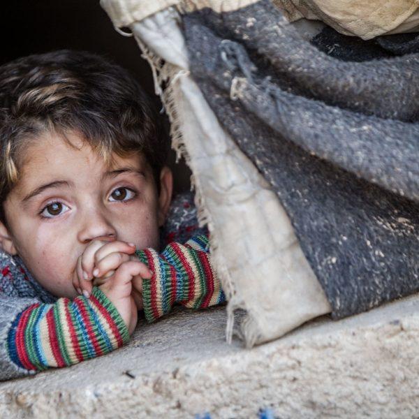 Syriens børn fryser om vinteren. Hjælp børnene igennem vinteren.