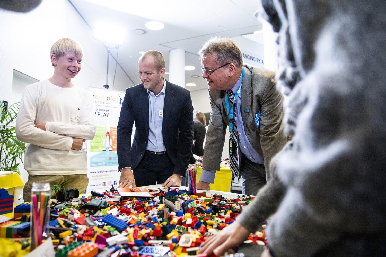 Børn kunne bygge deres drømme skole i Lego på Børnenes Dag. Her ses Thomas Kirk Kristiansen sammen med UNICEF Danmarks Generalsekretær Steen M. Andersen