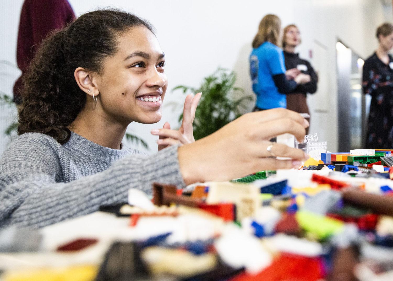 Ung pige bygger sin drømme skole i Lego på Børnenes Dag i FN-byen. Foto: Lise Balsby/2018