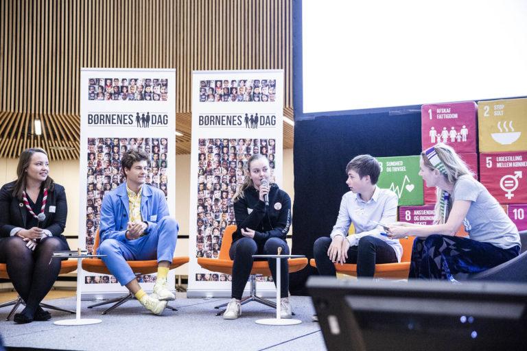 Anne Glad ledte en sofa-debat, hvor Det Nationale Rettighedsråd og Lakserytteren deltog. Foto: Lise Balsby/2018