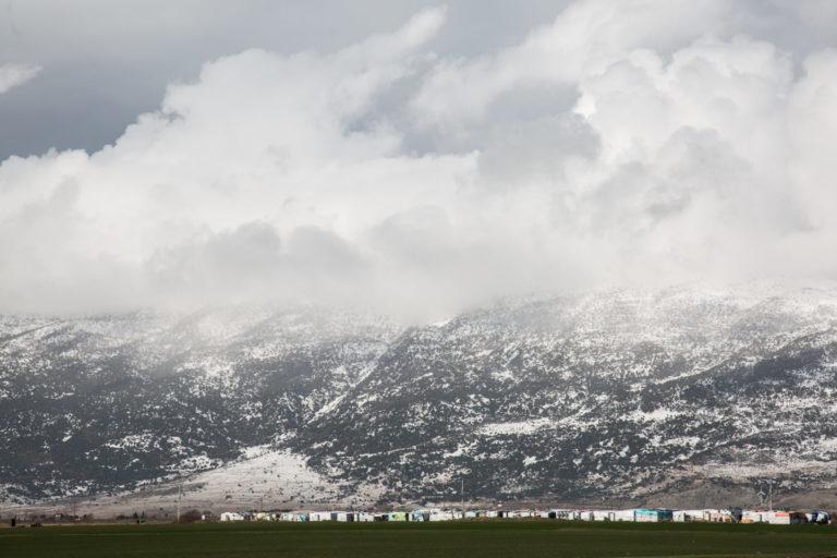 Der var både sne på teltene og bjergene, da temperaturerne droppede til under frysepunktet i januar 2018, da sne, kulde og regn nåede de 5.000 hjem i flygtningelejren i Bekaa Valley i Libanoni.