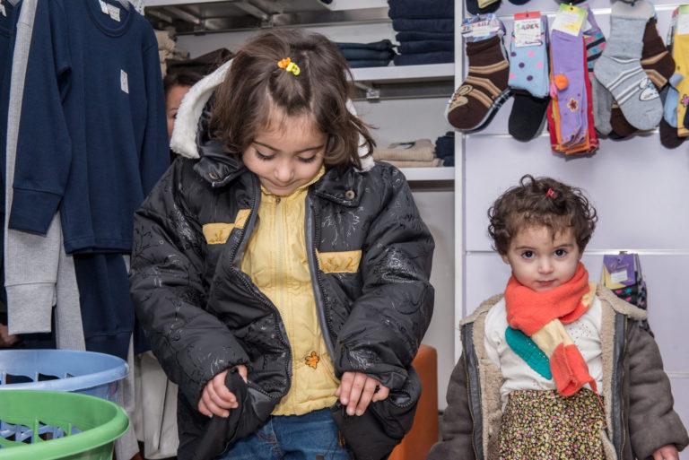 De to søstre Yasmine og Qatr Al-Nada er nu beskyttet mod kulde. De prøver deres nye vintertøj, som familien har fået mulighed for at købe med hjælp fra UNICEF.