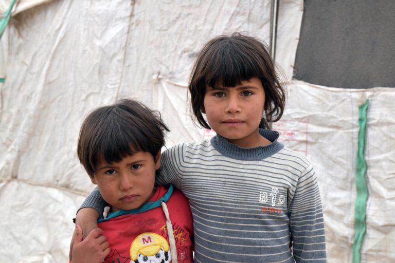 Søstre Sabeen, 6, og Haya, 3, bor i et hjemmelavet telt i Syrien. Det er koldt om vinteren. Og det regner ind. De to små søstre har kun sommersko og det tøj, de står og går i. Ingen af dem ejer en vinterjakke eller et par varme støvler. Det gør dem ekstra udsatte i vinterkulden.