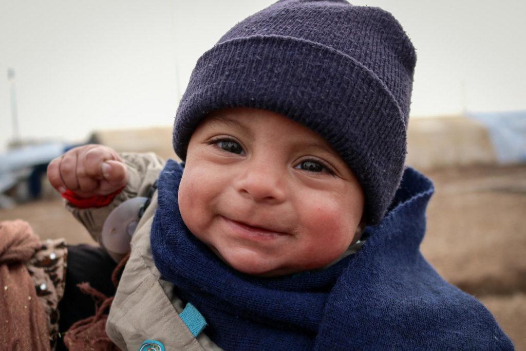 I Syrien er der 5,6 millioner børn, som er påvirket af kulde og konflikt. UNICEF støtter dem i vintermånederne med varmt tøj, mens indsatsen med at sikre mad, rent drikkevand og uddannelse foregår året rundt.