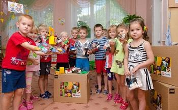 børn der leger med lego