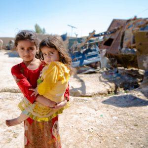 En lille pige, der bliver båret er lige blevet vaccineret i det sydlige Afghanistan