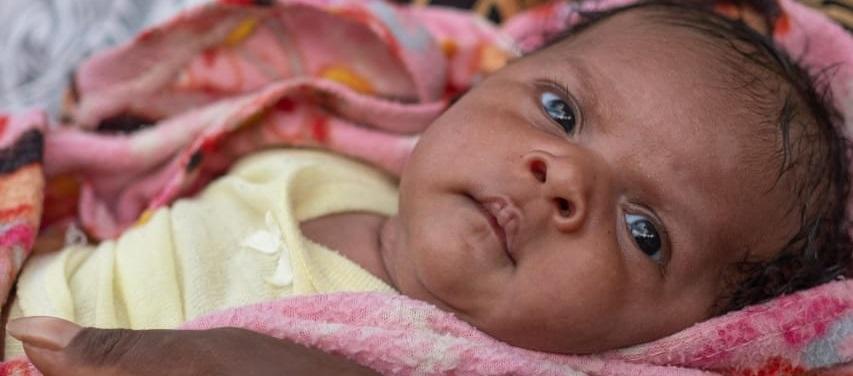 En lille pige fra Vanuatu bliver vaccineret mod tuberkulose og hepatitis B.