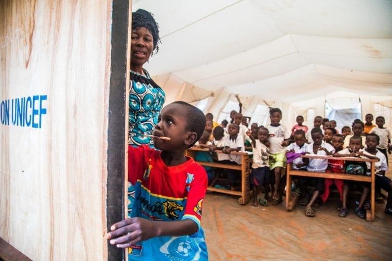 Elever arbejder med et regnestykke i deres undervisning i skolen Kamajiba, der ligger i Tshikapa, Kasai-Occidental provinsen i den Demokratiske Republik Congo