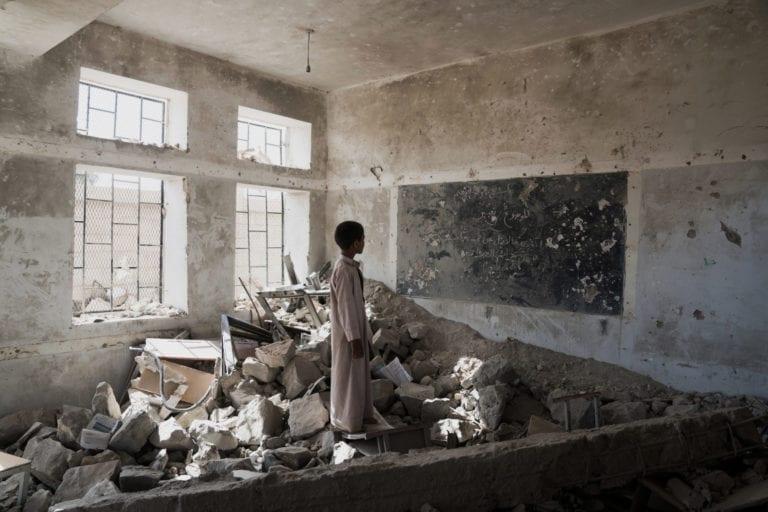 en elev står i det der engang var hans klasseværelse.
