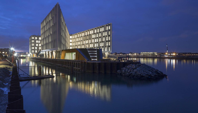 FN-Byen i Københavns Nordhavn om aftenen