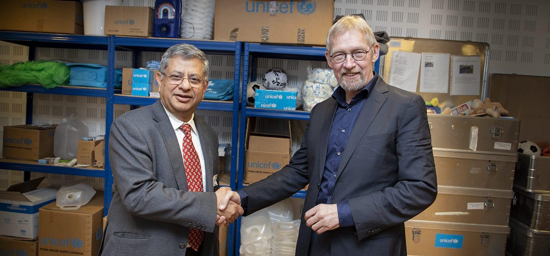 Alfred Josefsen og Dr Anil Kapur gfra World_Diabetes Foundation giver hånd