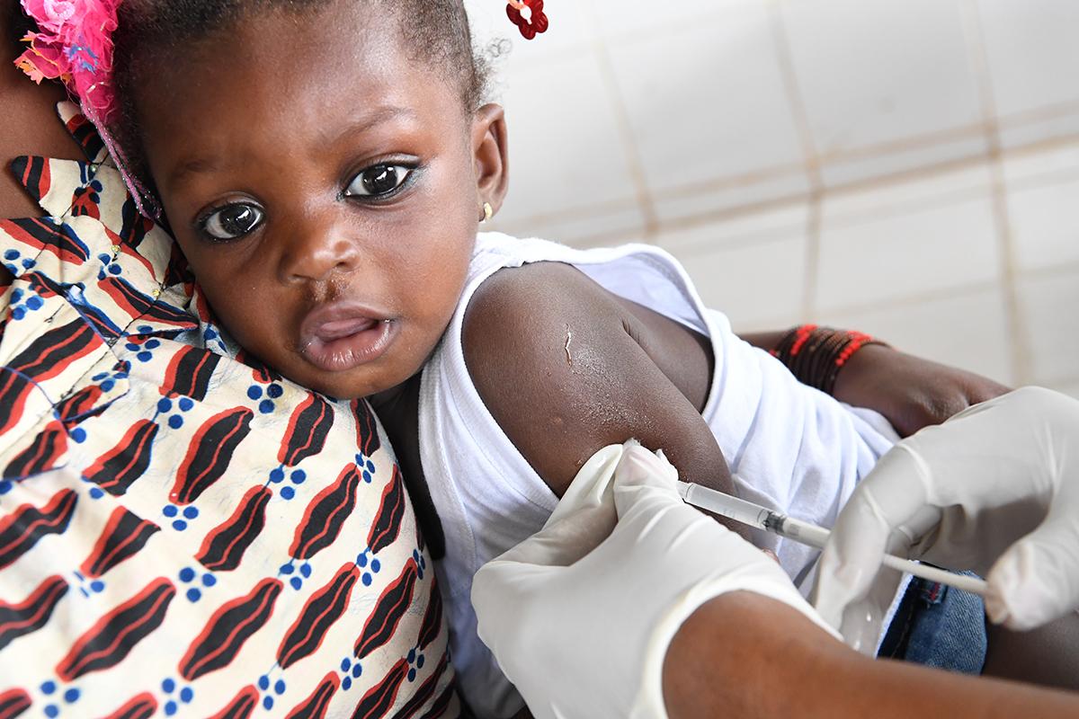 En baby bliver vaccineret i Elfenbenskysten