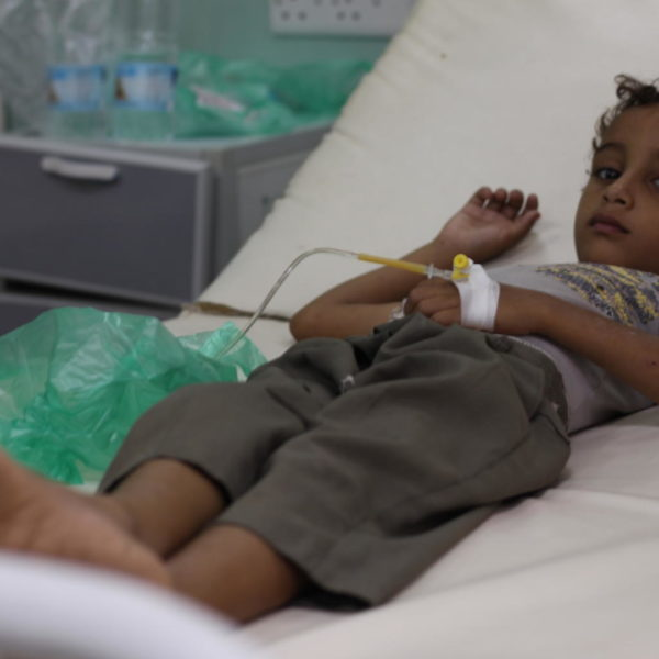 Firas bliver behandlet for kolera på et hospital i Hudaydah