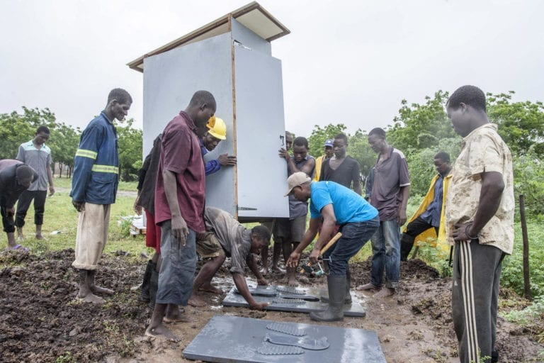 Mange har mistet deres hjem og bor nu i lejre. Her laves der latriner til ramte familier.