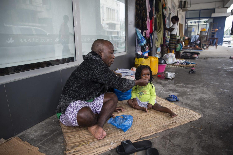 Tome Raimundo mader Teraza. De bor på gaden efter de mistede den lejr de boede i i Beira i Mozambique.
