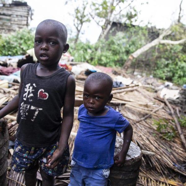 Manuel og hans bror Fransisco står midt i ruinerne af det, som var deres hjem før cyklonen ramte