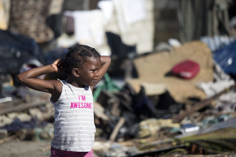 Et barn leger i et område der blev oversvømmet under cyklonen.