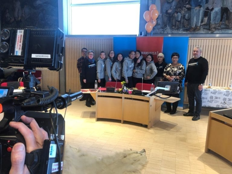 Sådan så det ud, da Nakuusas børneråd fremlagde deres anbefalinger i Kommuneqarfik Sermersooqs byrådssal.