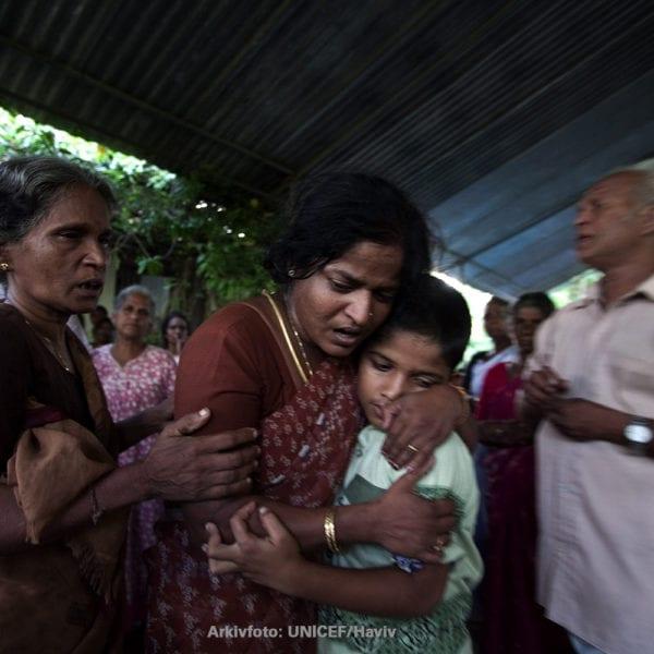 Familie sørger over tab af familiemedlem i Sri Lanka. Arkivfoto: UNICEF/Haviv