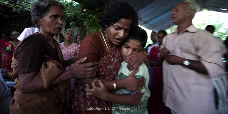 Familie sørger over tab af familiemedlem. Arkivfoto: UNICEF/Haviv