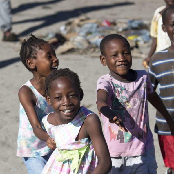 Børn løber på gaden i Mozambique.
