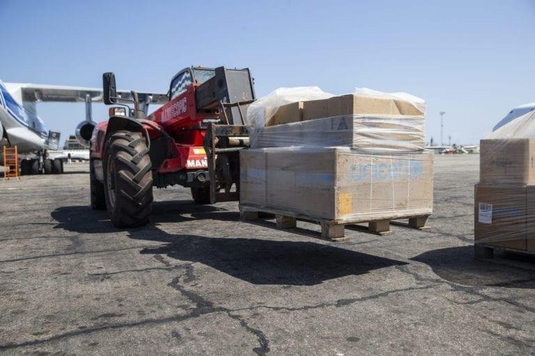 Her læsser et fly kasser med nødhjælp af i Beira, Mozambique. Kasserne er sendt fra UNICEFS danske lager i København.