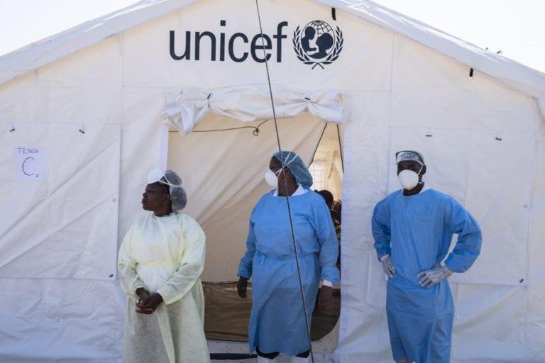 Her står sygeplejersker og sundhedsarbejdere klar uden for et at af de behandlingscentre for kolera, som UNICEF har været med til at oprette i Beira, Mozambique.