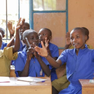 En skoleklasse modtager undervisning på en unicef og hempel støttet skole
