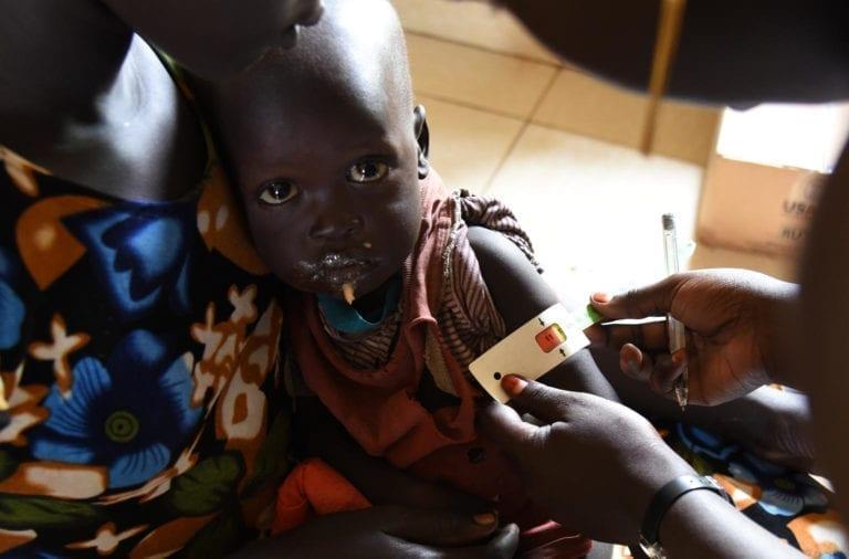 Sundhedsarbejderen måler Mondays overarm. Målebåndet viser 11,2 i det røde felt. Det betyder, at den lille dreng er alvorligt akut underernæret og har brug for behandling med det samme. Foto: UNICEF South Sudan/Ryeng