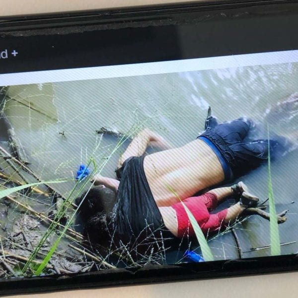 Fotoet af to-årige Valeria og hendes far, der for nylig druknede i forsøget på at krydse Rio Grande