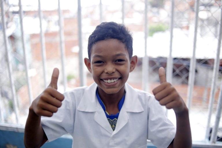 Wilker på 9 år går på en UNICEF-støttet skole i en mindre by uden for Caracas i Venezuela. UNICEF støtter skolen med læresæt og skoleudstyr til både lærerne og eleverne.