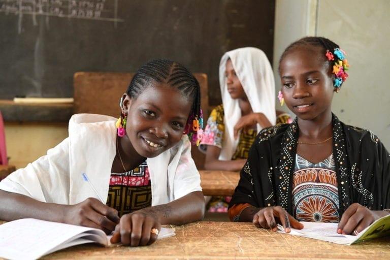 Pigerne går i skole i en forstad til Niamey, som er hovedstaden i Niger. Over 50 procent af børn i alderen 7-16 år går ikke i skole i Niger, men med pengene fra jeres Moveathon kan I hjælpe med at mindske dette tal.