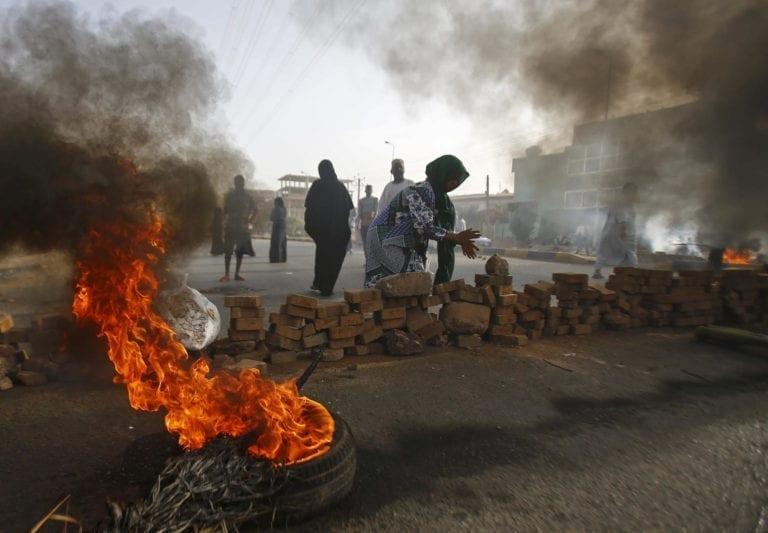 Sudanske protestranter har lukket vej 60 med brændende dæk da militæret prøver at opløse demonstrantionen udenfor Khartuoum hærens hovedkvarter.