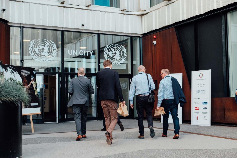 Indgangen til FN-byen er pyntet op i dagens anledning