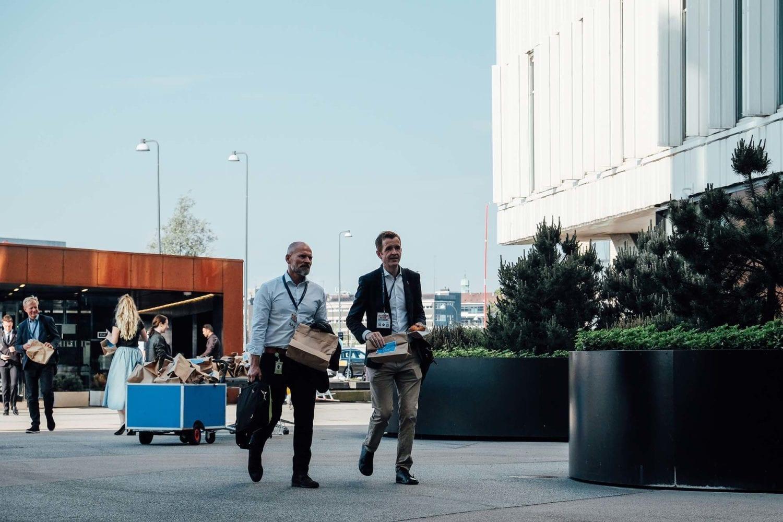 Gæster ankommer til VL Døgnet og modtager deres morgenmadspakker.