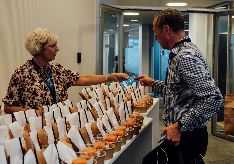 Pakken med jordnøddemos byttes til en rigtig morgenmad - men nu har deltagerne allerede fået serveret verdensmål 2